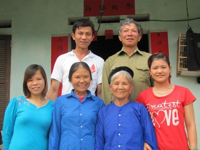 Bà Lởi và con cháu giữ vững truyền thống gia đình cách mạng. Ảnh: Duy Chiến