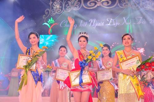 Thí sinh Nguyễn Thị My Ly (giữa), số báo danh 565 đạt danh hiệu 'Người đẹp xứ Trà' năm 2013