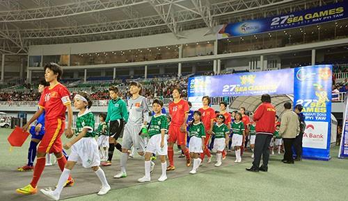 Các cầu thủ nữ Việt Nam bước ra sân với sự tự tin sẽ giành chiến thắng.