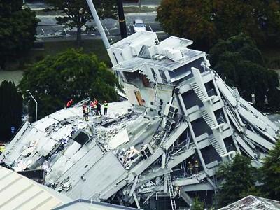 Lực lượng cứu hộ trên tòa nhà Pyne Gould Guiness ở trung tâm Christchurch             Ảnh: New Zealand Herald