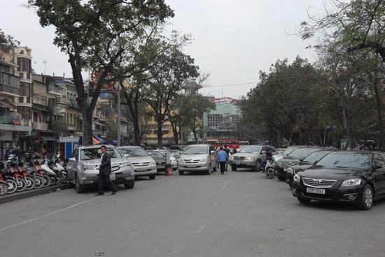 Bãi đỗ xe khu vực cuối đường Đinh Tiên Hoàng, giáp Hồ Gươm vẫn hoạt động bình thường