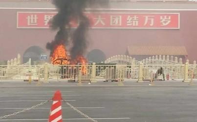 Chiếc xe bốc cháy ngùn ngụt trên quảng trường Thiên An Môn