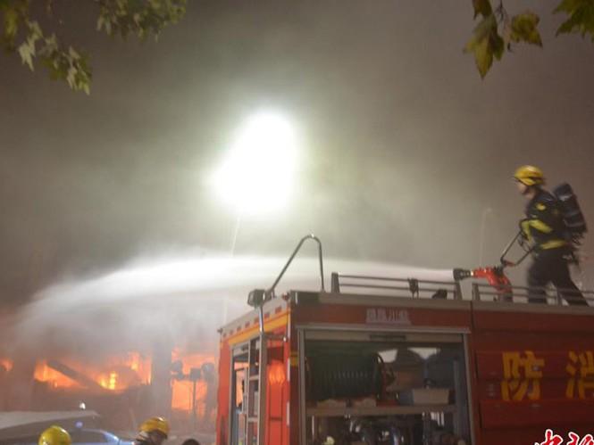Lực lượng cứu hóa nhanh chóng dập tắt đám cháy