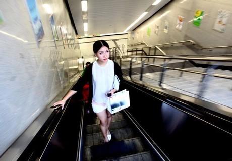 Một ngày của cô gái 9X này bắt đầu lúc 7h sáng. Cô bắt tàu điện ngầm tới nơi triển lãm