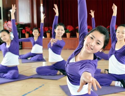 Các học viên tiếp viên hàng không luyện tập trong một lớp yoga