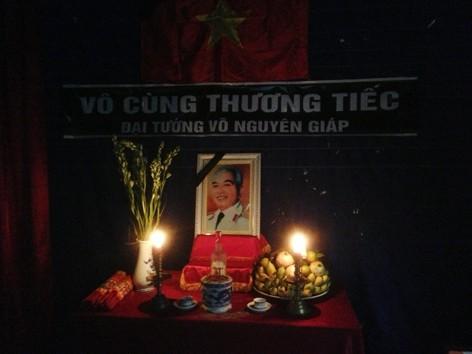 Mất điện vì bão, bàn thờ Đại tướng ở thôn 4, xã Mỹ Lộc, huyện Bố Trạch lung linh ánh nến