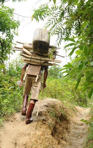 Những người thồ hàng thuê (dầu chạy máy, lương thực) vẫn hoạt động ngang nhiên giữa ban ngày