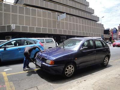 Rửa xe siêu tốc ngay trên phố