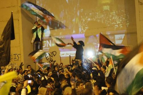 Ngày 29 -11- 2012, Đại hội đồng Liên Hợp Quốc chính thức công nhận quy chế nhà nước quan sát phi thành viên cho Palestine, một bước ngoặt lịch sử của quốc gia này. Trong ảnh, người dân Palestine nhảy múa ăn mừng