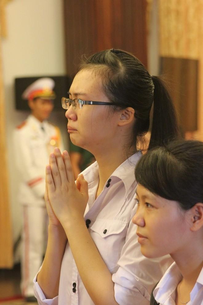Em bé 4 tuổi lau nước mắt cho mẹ tại lễ tang Đại tướng - ảnh 2