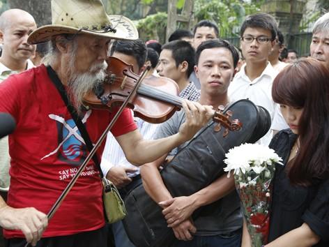 Nghệ sĩ đường phố Tạ Trí Hải kéo lên bản nhạc tưởng niệm