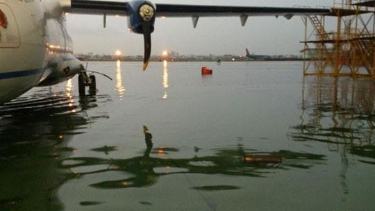 Có siêu máy bơm, sân bay Tân Sơn Nhất vẫn bị ngập  - ảnh 1