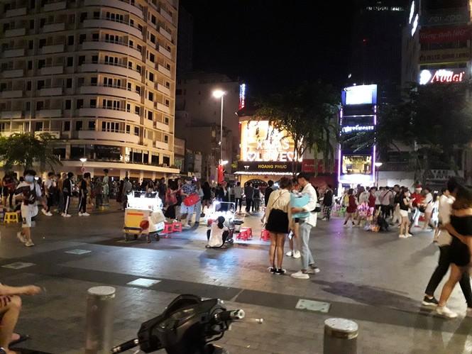 Phố đi bộ Nguyễn Huệ thành… phố hàng rong, nơi dắt cún cưng đi dạo  - ảnh 2