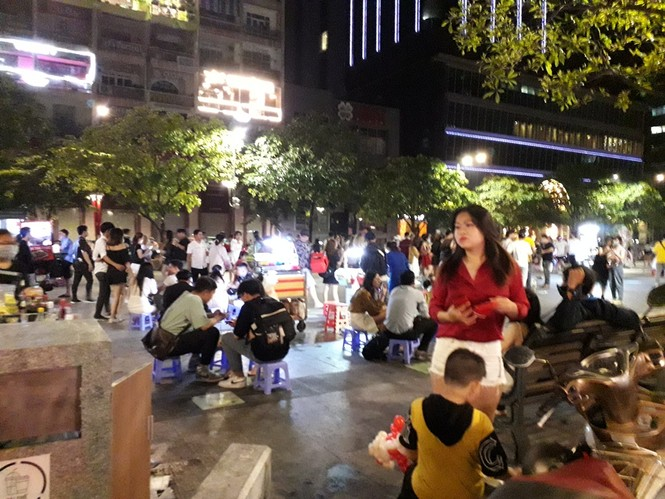 Phố đi bộ Nguyễn Huệ thành… phố hàng rong, nơi dắt cún cưng đi dạo  - ảnh 3