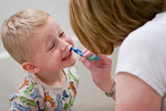 Những sai lầm tai hại của mẹ khi đánh răng cho con - ảnh 1
