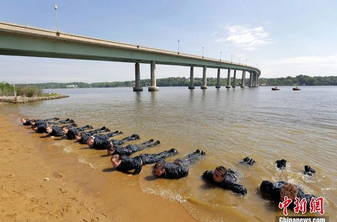 Hải quân Mỹ luyện binh nơi 'địa ngục trần gian' - ảnh 8
