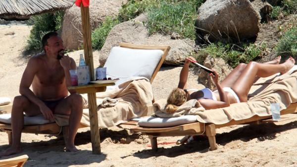 'Đau mắt' vì vợ chồng Ribery diễn cảnh nóng trên bãi biển - ảnh 1