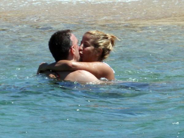 'Đau mắt' vì vợ chồng Ribery diễn cảnh nóng trên bãi biển - ảnh 5