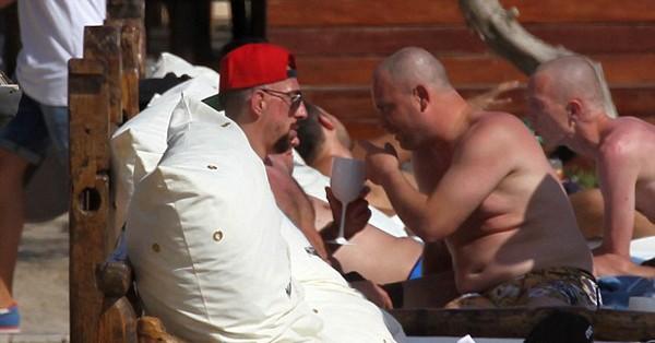 'Đau mắt' vì vợ chồng Ribery diễn cảnh nóng trên bãi biển - ảnh 6