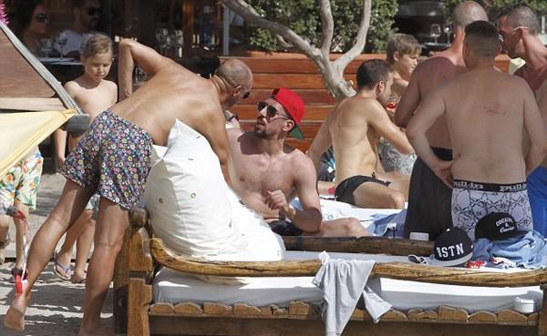 'Đau mắt' vì vợ chồng Ribery diễn cảnh nóng trên bãi biển - ảnh 7