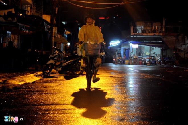Nhọc nhằn mưu sinh trong đêm mưa Sài Gòn - ảnh 1