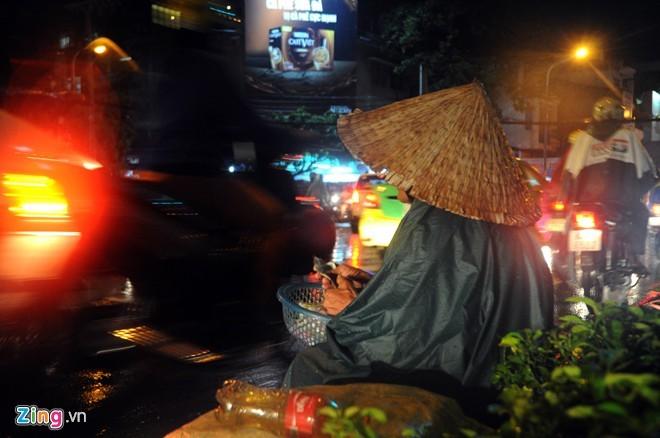 Nhọc nhằn mưu sinh trong đêm mưa Sài Gòn - ảnh 2
