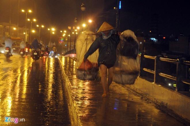 Nhọc nhằn mưu sinh trong đêm mưa Sài Gòn - ảnh 3