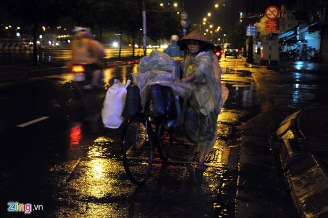 Nhọc nhằn mưu sinh trong đêm mưa Sài Gòn - ảnh 4