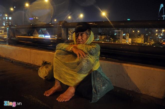 Nhọc nhằn mưu sinh trong đêm mưa Sài Gòn - ảnh 5