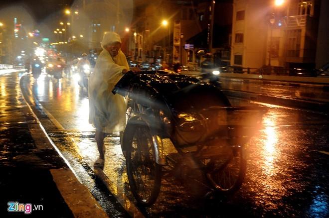 Nhọc nhằn mưu sinh trong đêm mưa Sài Gòn - ảnh 7