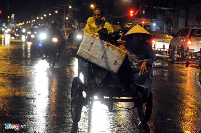 Nhọc nhằn mưu sinh trong đêm mưa Sài Gòn - ảnh 9