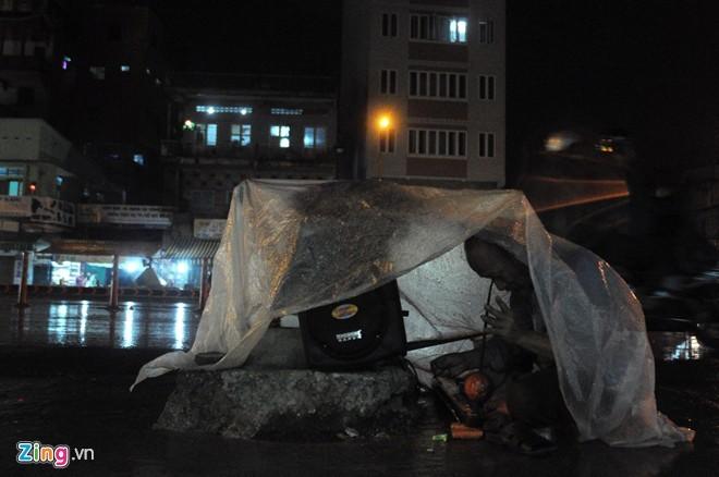 Nhọc nhằn mưu sinh trong đêm mưa Sài Gòn - ảnh 11