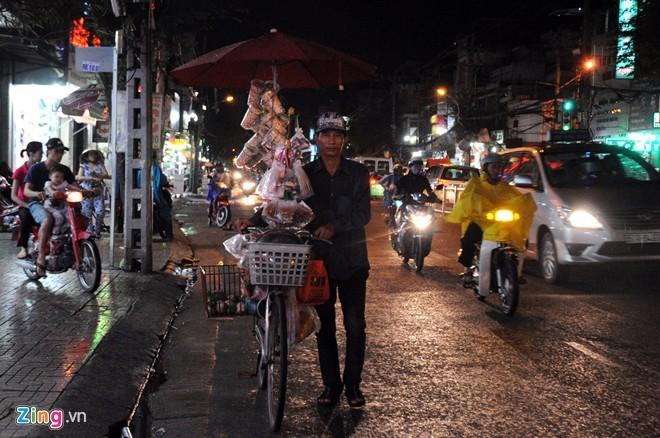 Nhọc nhằn mưu sinh trong đêm mưa Sài Gòn - ảnh 12