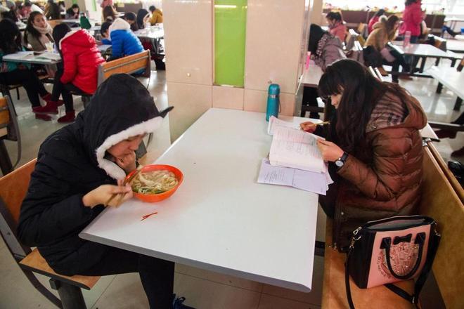 Sinh viên Trung Quốc đua nhau ôn thi trong căng tin - ảnh 4