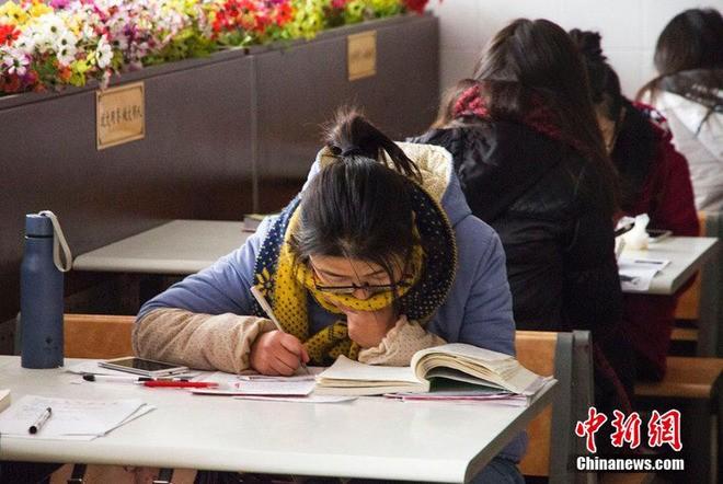 Sinh viên Trung Quốc đua nhau ôn thi trong căng tin - ảnh 5