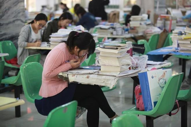 Sinh viên Trung Quốc đua nhau ôn thi trong căng tin - ảnh 8