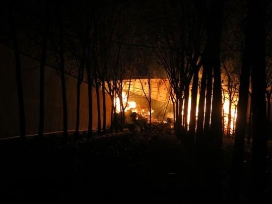 Kho chứa hàng trăm tấn bông vải cháy ngụt trời suốt đêm - ảnh 1