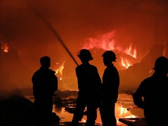 Kho chứa hàng trăm tấn bông vải cháy ngụt trời suốt đêm - ảnh 2