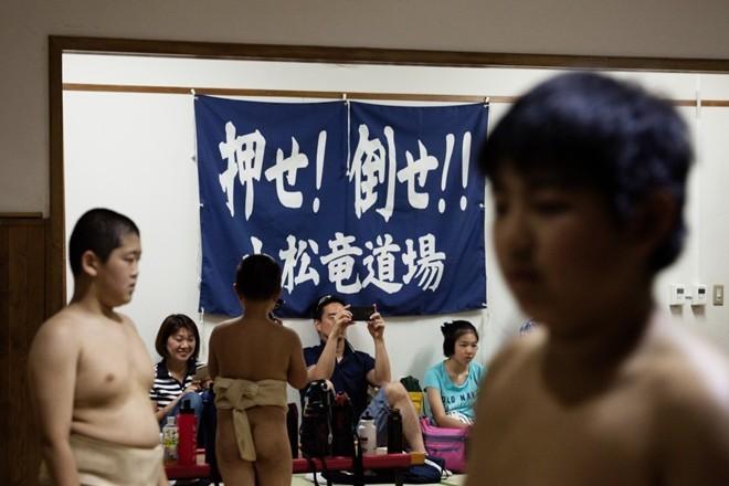 Một ngày khổ luyện của các võ sĩ sumo nhí Nhật Bản - ảnh 13