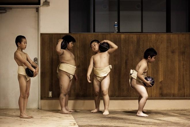 Một ngày khổ luyện của các võ sĩ sumo nhí Nhật Bản - ảnh 2