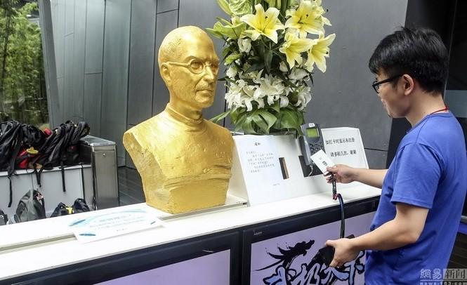 Steve Jobs được đúc tượng vàng tại Trung Quốc - ảnh 2