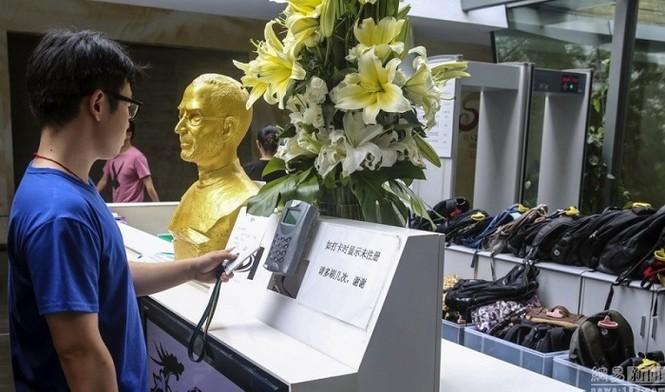 Steve Jobs được đúc tượng vàng tại Trung Quốc - ảnh 4
