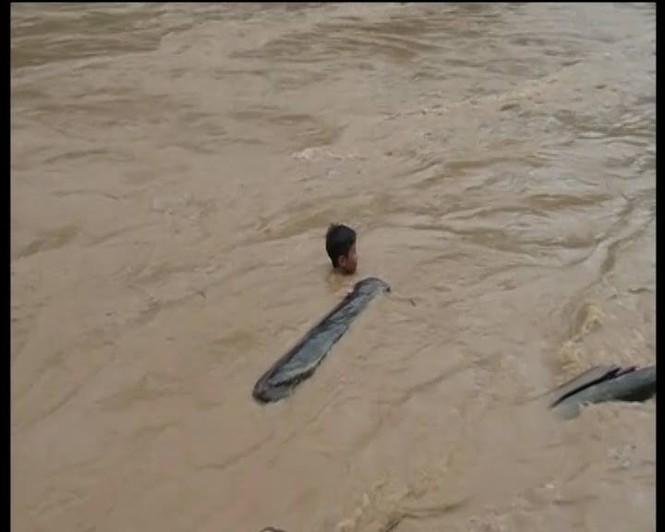 Hàng trăm người lao ra giữa dòng nước xiết vớt củi - ảnh 2