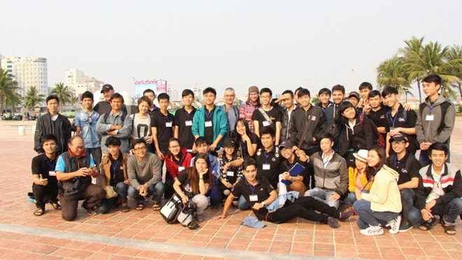 Giới trẻ Đà Nẵng đổ xô ra biển đón nhật thực - ảnh 1