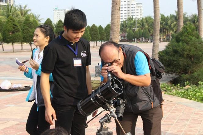 Giới trẻ Đà Nẵng đổ xô ra biển đón nhật thực - ảnh 2