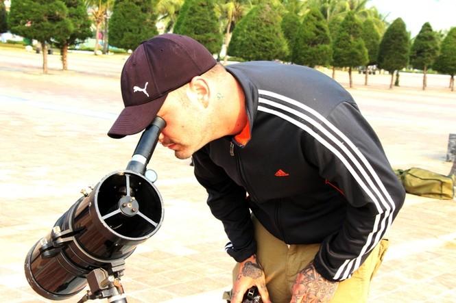 Giới trẻ Đà Nẵng đổ xô ra biển đón nhật thực - ảnh 3