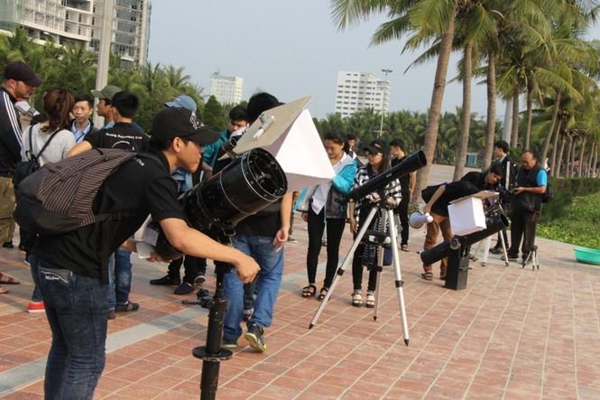 Giới trẻ Đà Nẵng đổ xô ra biển đón nhật thực - ảnh 4