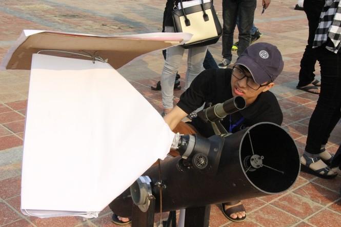 Giới trẻ Đà Nẵng đổ xô ra biển đón nhật thực - ảnh 5