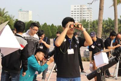 Giới trẻ Đà Nẵng đổ xô ra biển đón nhật thực - ảnh 6