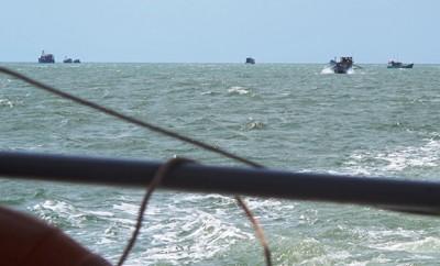 Cứu sống 5 ngư phủ bị chìm tàu trên biển - ảnh 2